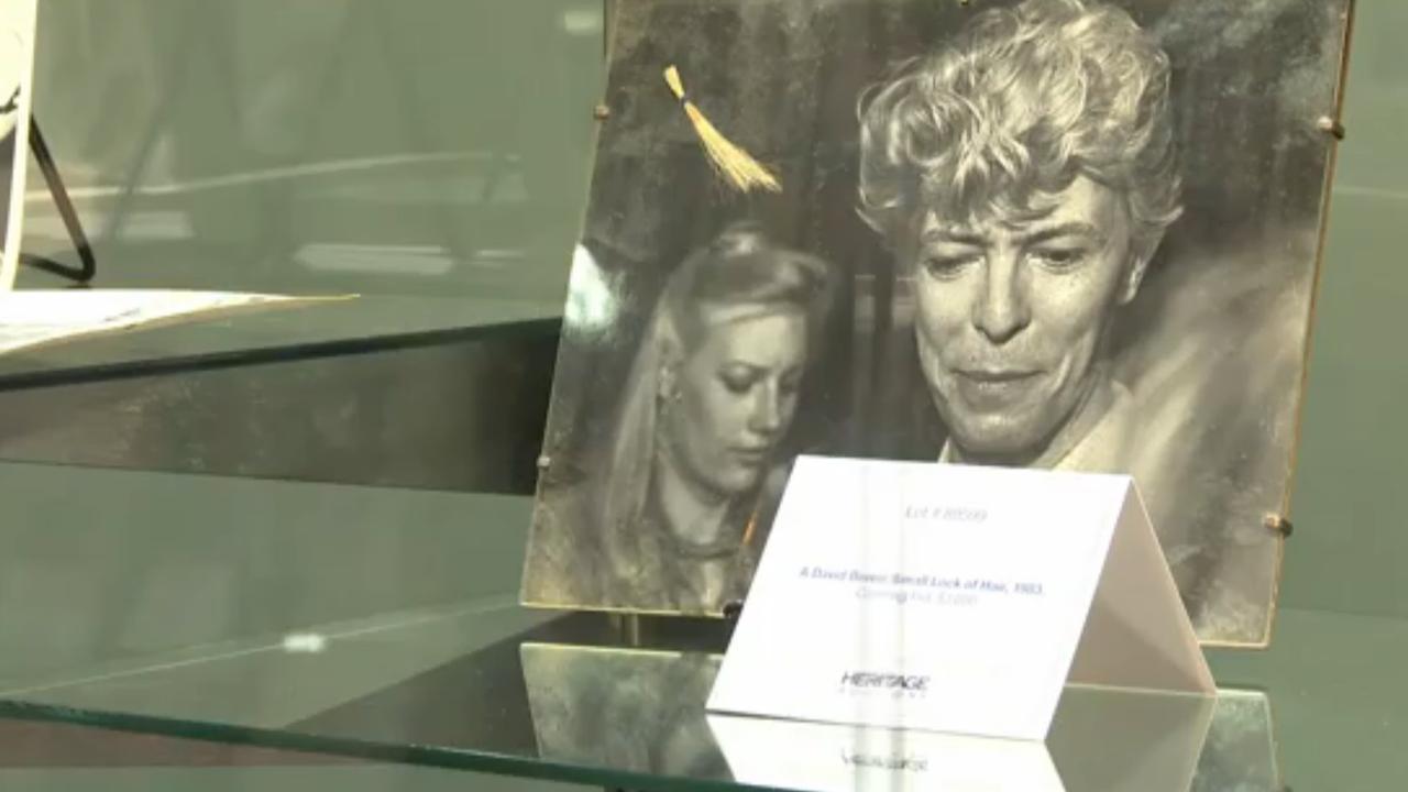Duizenden euro's voor haarlok David Bowie