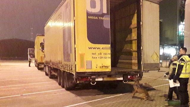 Elf illegalen aangetroffen in vrachtwagen in Vlaardingen