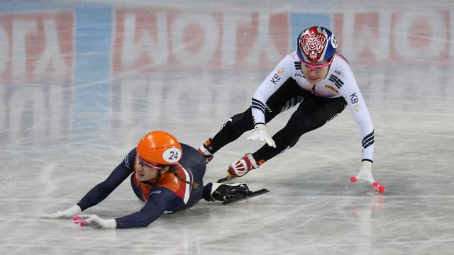 Nederlandse vrouwen grijpen door val Schulting naast WK-goud op relay