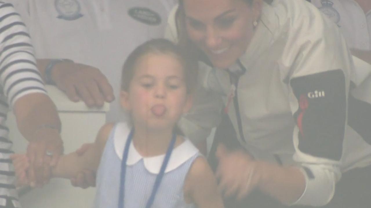 Prinses Charlotte steekt tong uit naar pers King's Cup