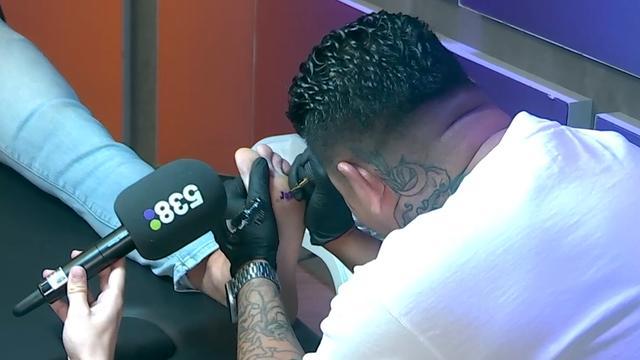 Wietze de Jager laat 'Jan' op zijn voet tatoeëren na verloren spel