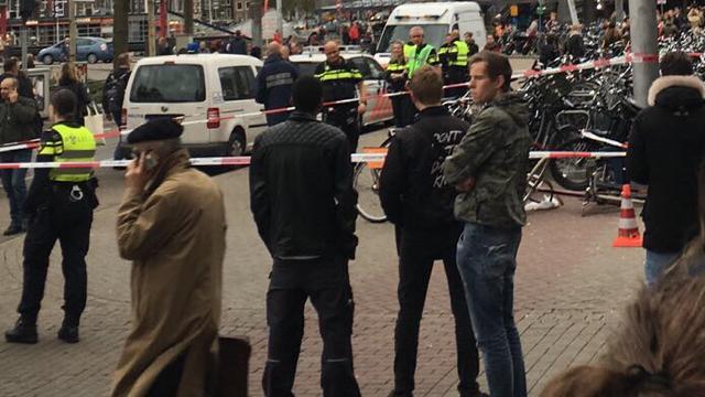 Politie lost waarschuwingsschot voor Amsterdam CS na melding vuurwapenbezit