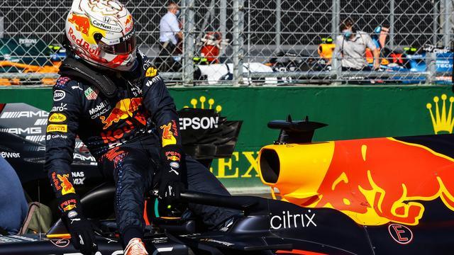 Max Verstappen stapt teleurgesteld uit zijn auto na zijn derde plaats in de kwalificatie voor de Grand Prix van Hongarije.
