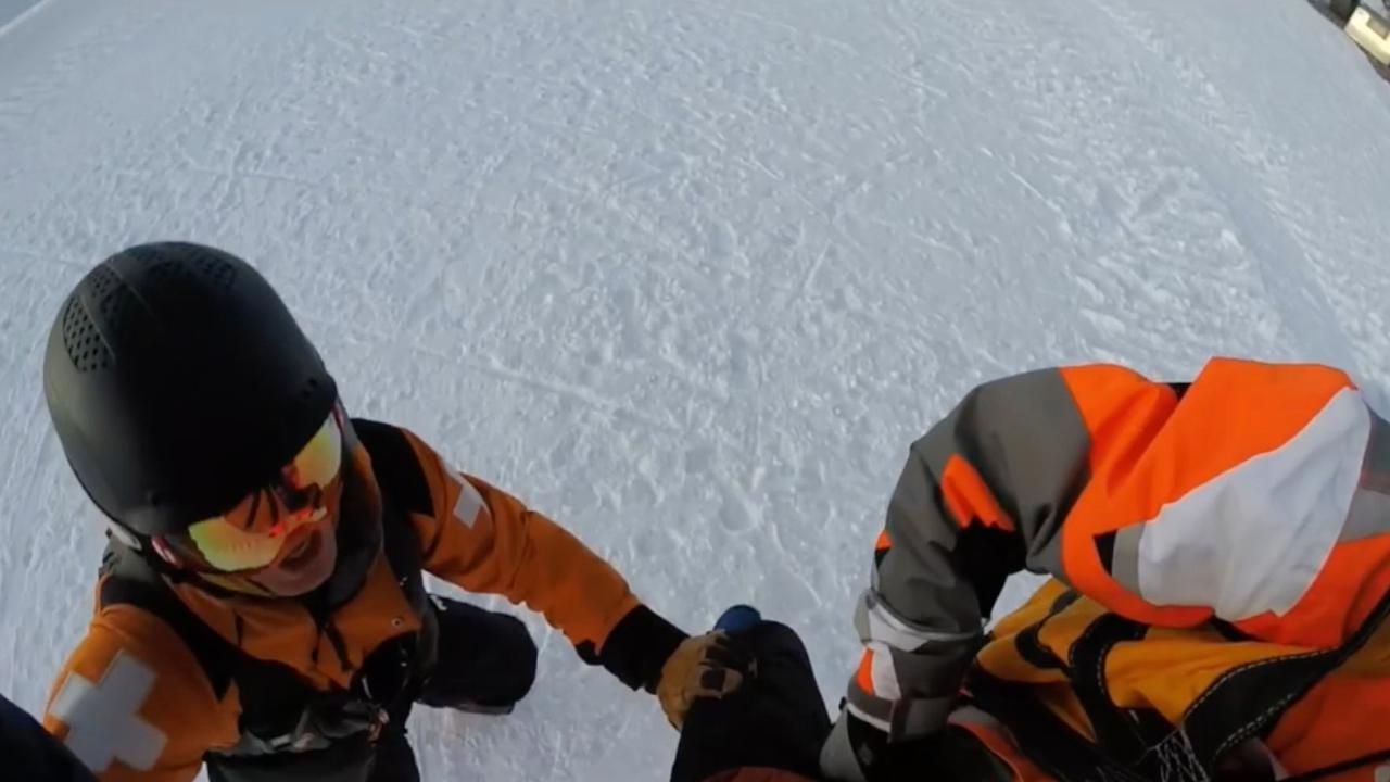 Wintersporter wordt gered uit vastzittende skilift