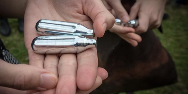 Politie vindt ampullen met antibiotica bij strand Loosduinen