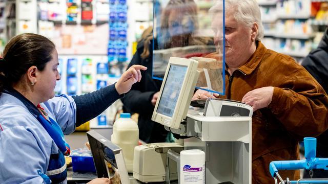 Ouderenuurtje bij de supermarkt wordt langzaamaan met pensioen gestuurd