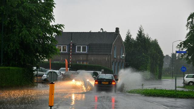 Onweersbuien zorgen voor wateroverlast in Noord-Brabant en Limburg