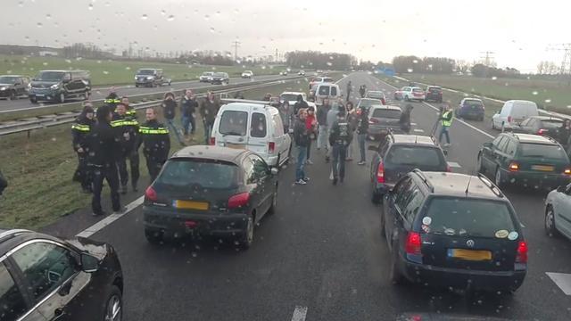 Intocht Sint in Dokkum rustig verlopen, demonstranten gestopt op A7