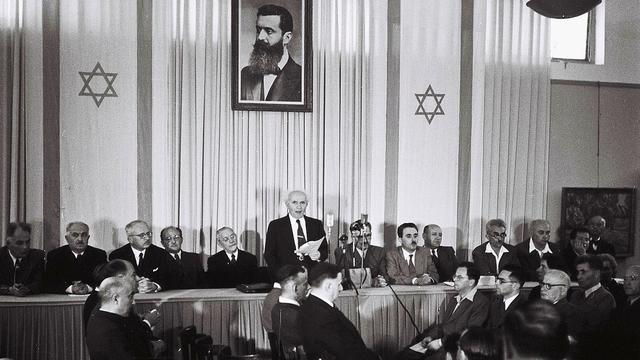 Premier David Ben-Gurion roept op 14 mei 1948 de staat Israël uit.