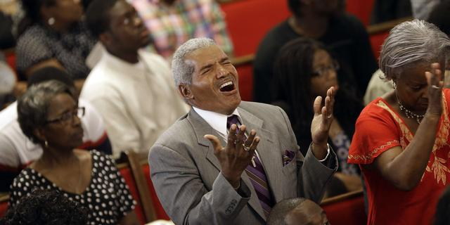 Honderden mensen wonen dienst kerk Charleston bij