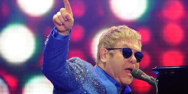 Elton John geeft verrassingsoptreden op Londens station