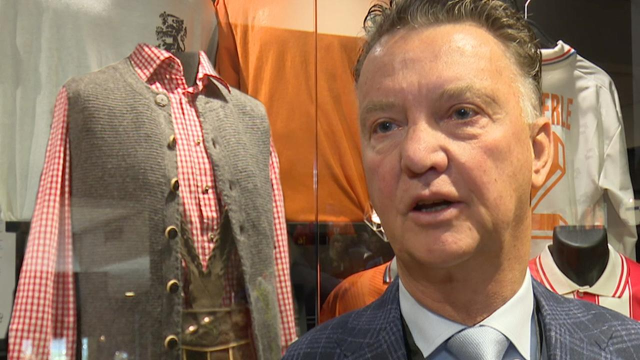 Van Gaal trots op lederhose in nieuw voetbalmuseum