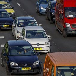 Veel file rond Amsterdam vanwege groot ongeluk en grondverschuiving.