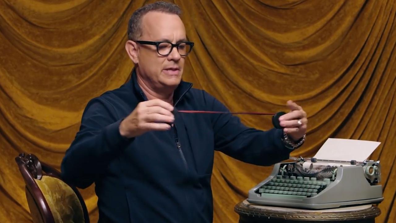Tom Hanks laat zien hoe je een typemachinelint vervangt