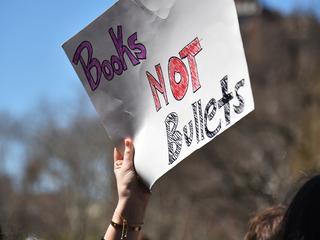 Leerlingen lopen weg uit de klas en willen strengere wapenwetten