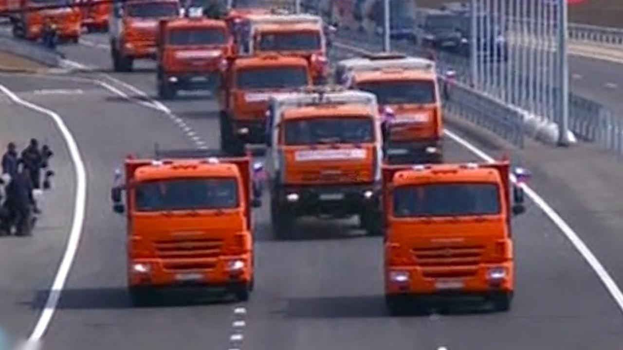 Poetin rijdt vrachtwagen over omstreden brug naar de Krim