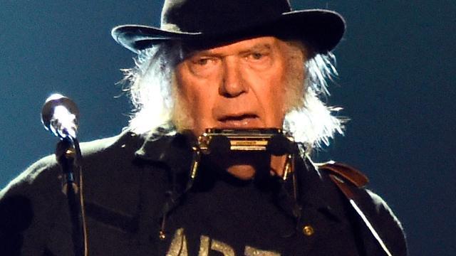 Neil Young in juli 2016 op podium Ziggo Dome