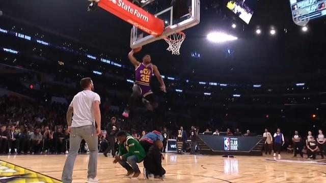 Enorme sprongen tijdens de NBA Slam Dunk challenge in Amerika