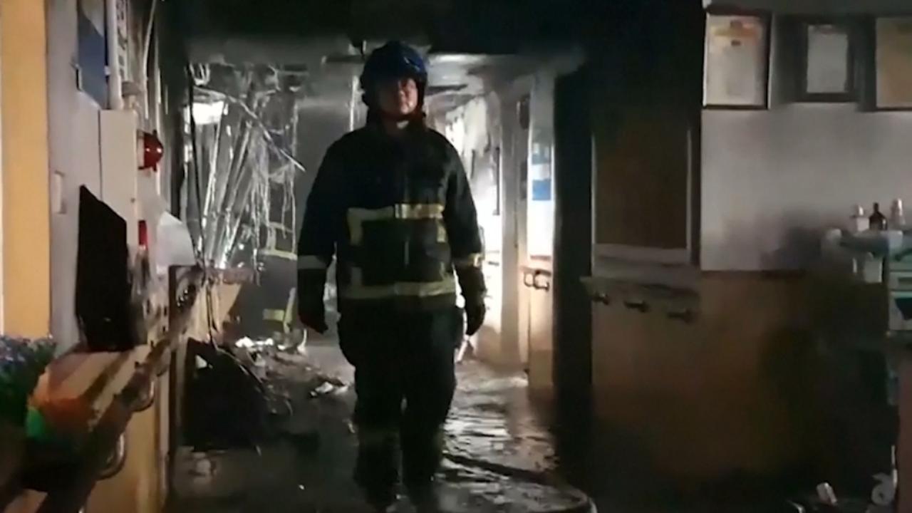 Taiwanese brandweer bestrijdt brand in ziekenhuis Taipei