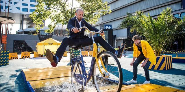 Reiziger test potentiële nieuwe OV-fiets in Utrecht