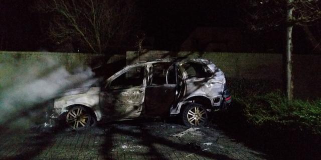 Auto volledig uitgebrand op Aletta Jacobsplein in Olst