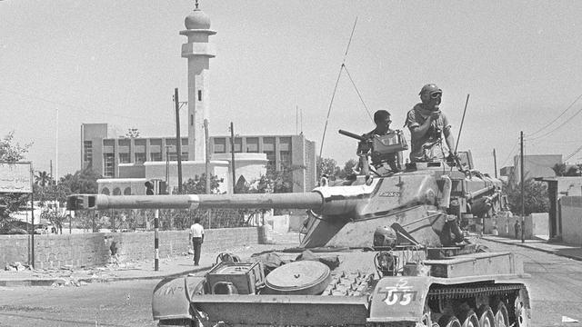 Een Israëlische tank patrouilleert tijdens de Zesdaagse Oorlog nabij een moskee.