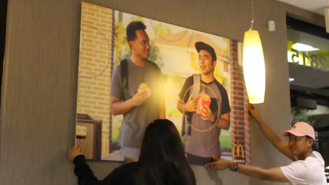 Bekijk hoe de McDonalds-poster werd opgehangen