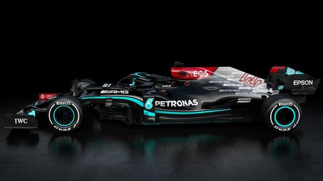 Zijaanzicht van de Mercedes W12, die minder zwart is dan in 2020.