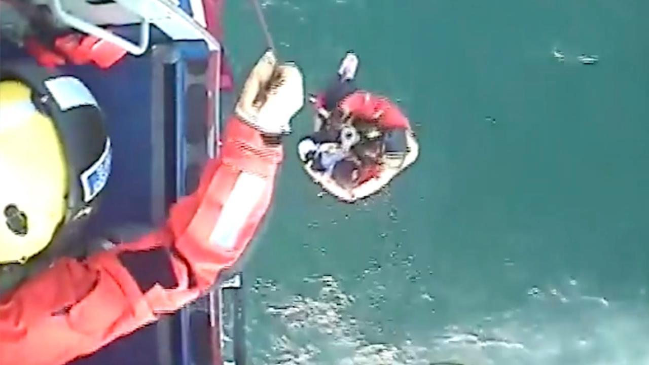 Helikopter van kustwacht takelt Schotse surfer uit zee