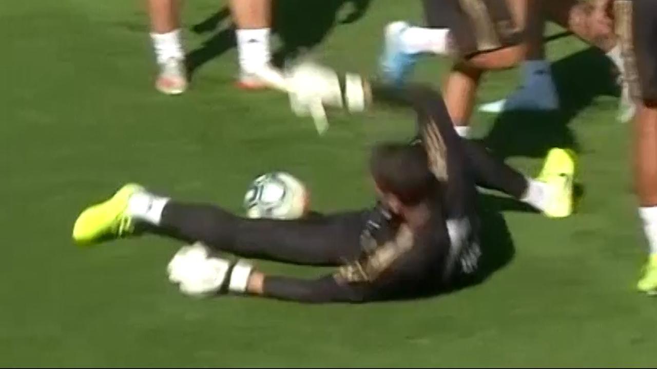 Courtois gaat knullig onderuit bij rondo op Real Madrid-training