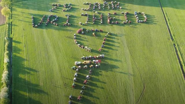 Boeren ontvangen proces-verbaal na ode aan Bevrijdingsdag met tractoren