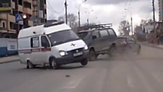 Russische ambulance met zwaailichten omvergereden door auto