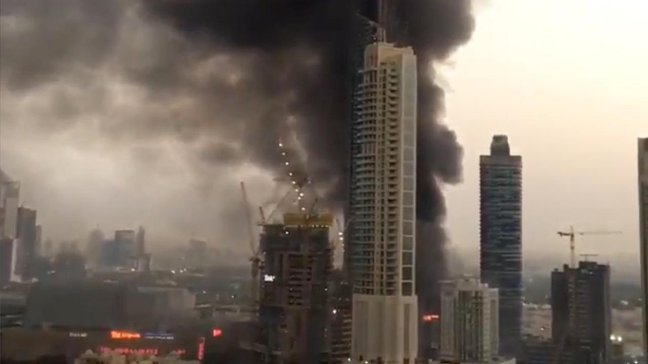 Grote rookwolken trekken over stad na brand in wolkenkrabber Dubai