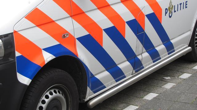 Automobilist botst tegen betonnen paal