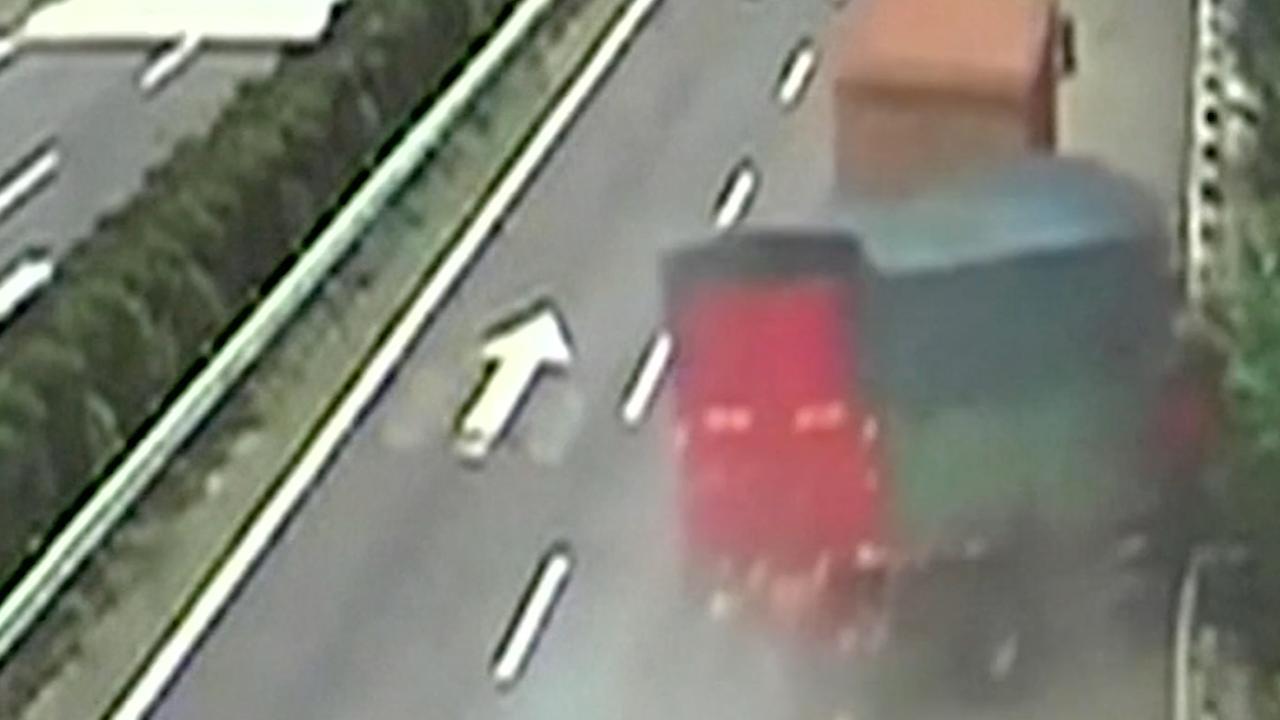 Vrachtwagen rijdt ravijn in na botsing met ander voertuig in China