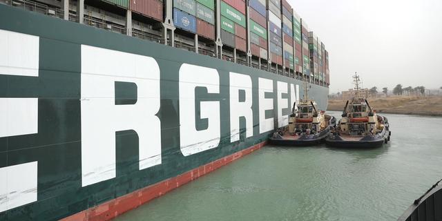 Eerste schip uit Suezkanaal moet in Rotterdam wachten tot de wind afneemt