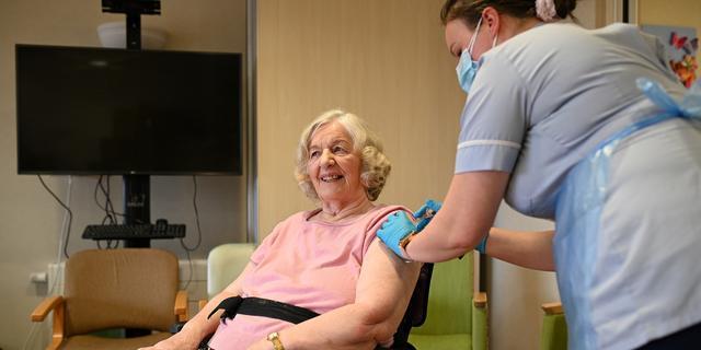Vrijwel alle bewoners Engelse verpleeghuizen gevaccineerd