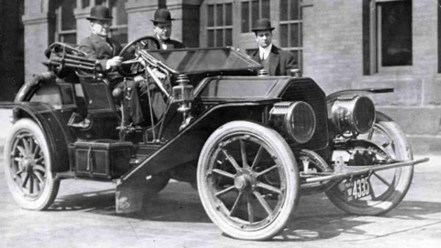 In 1910 introduceerde het Amerikaanse automerk Peerless een soort cruisecontrol.