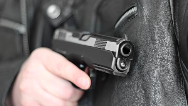 Denen aangehouden om bezit vuurwapen en pepperspray in Roosendaal