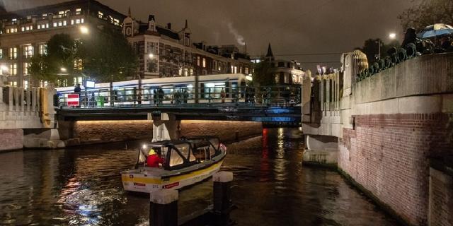 Renovatie Leidsebrug afgerond met aanleg blauwe sfeerverlichting