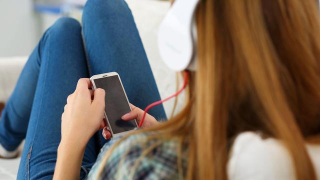 WHO: Wereldwijd lopen jongeren risico op gehoorschade door audiospelers