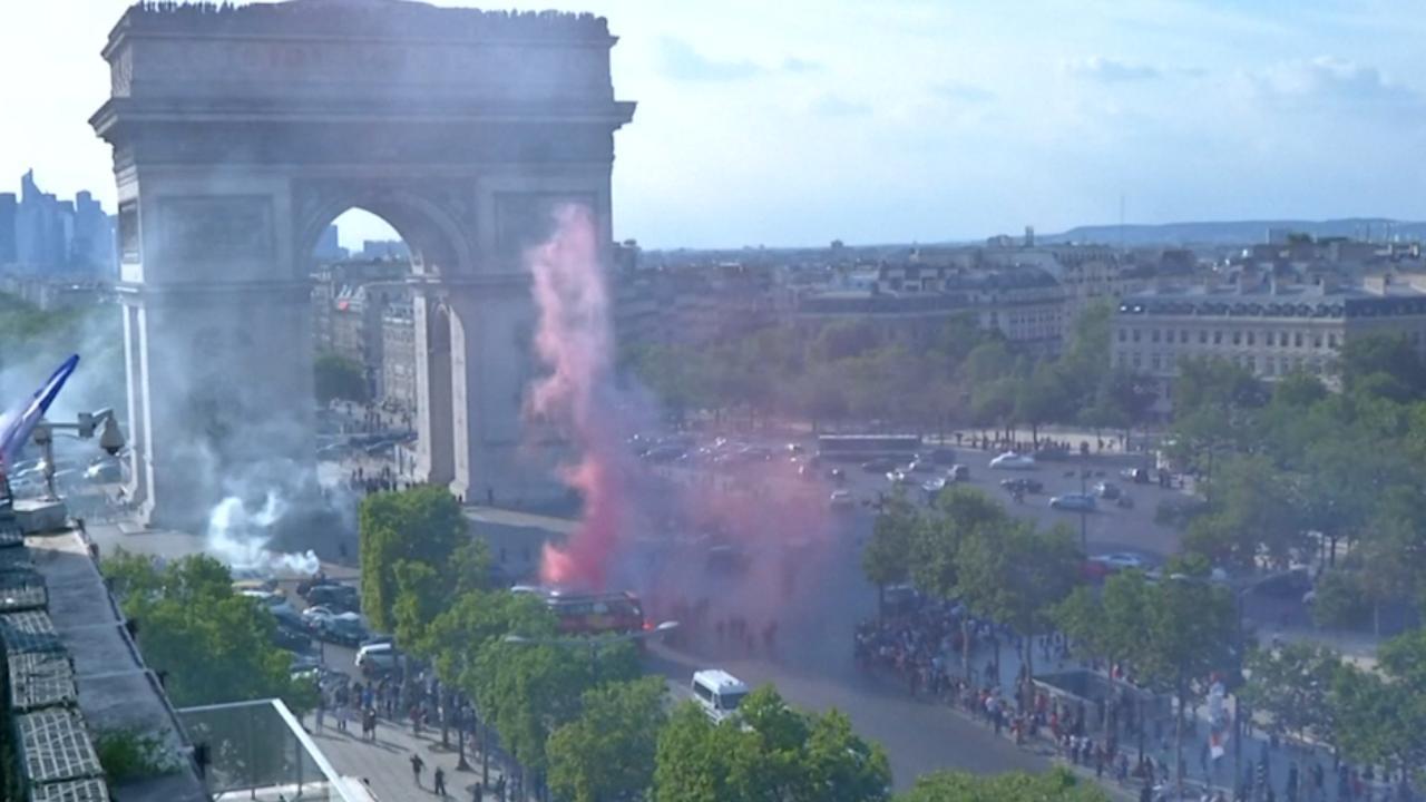 Feest bij de Champs-Élysées na Franse winst op Uruguay