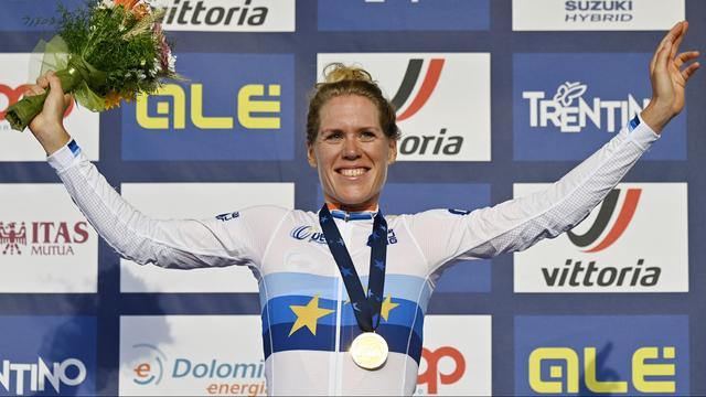 Ellen van Dijk viert haar Europese titel op de weg.