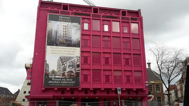 Brandweeroefeningen in roze pand op Grote Markt van start
