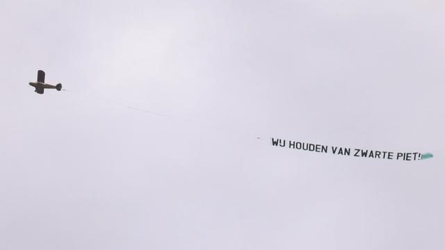 Vliegtuigje met pro-Zwarte Piet-boodschap vliegt over Apeldoorn