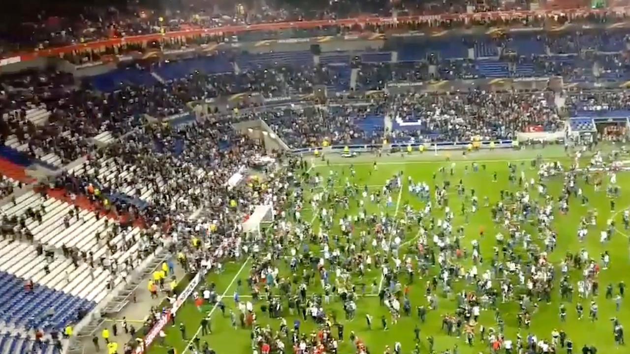 Honderden supporters rennen veld op na rellen bij Lyon-Besiktas