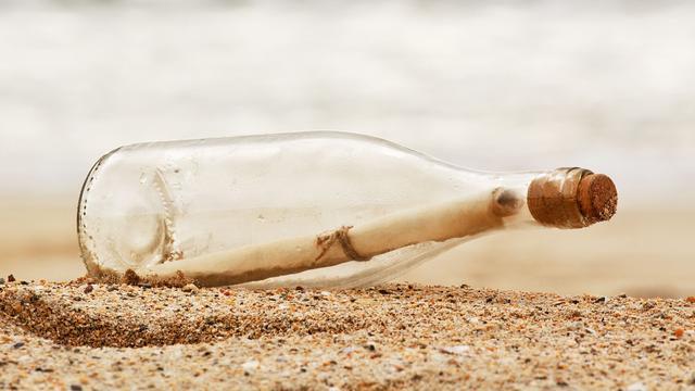 Australische vader en zoon vinden auteur van vijftig jaar oude flessenpost
