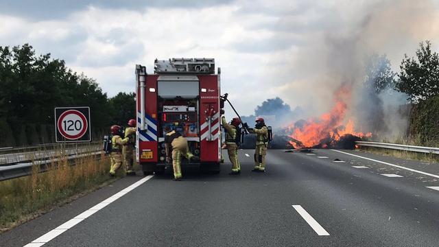 Vrachtwagen met hooibalen in de brand gevlogen op A2 bij Maarheeze