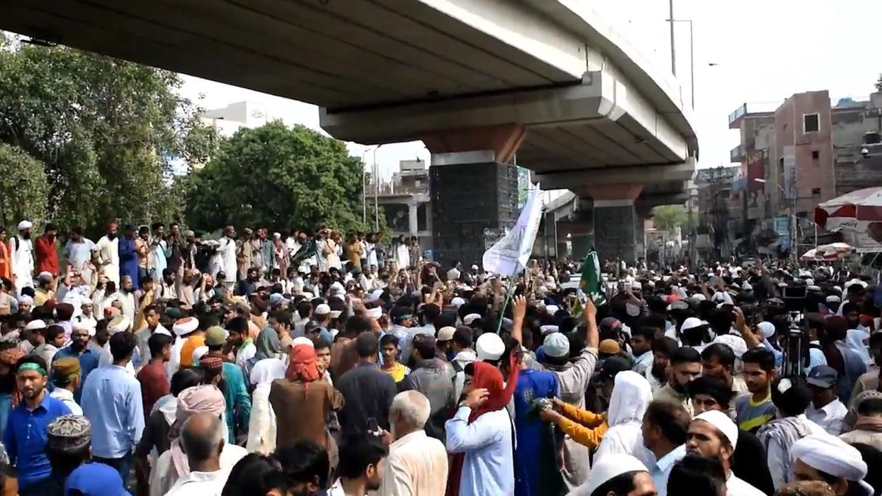 Duizenden Pakistanen straat op tegen cartoonwedstrijd Wilders