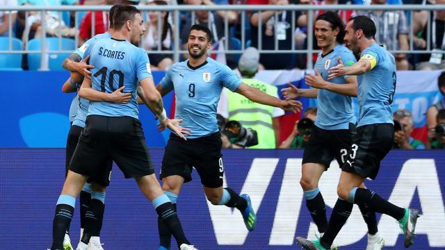 Uruguay als groepswinnaar verder op WK door ruime zege op tiental Rusland